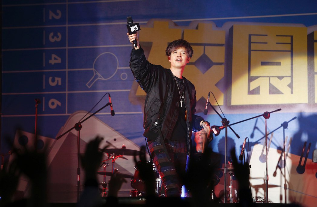 搖滾樂團「八三夭」25日在育達商職錄製MTV節目,主場阿璞(圖)與台下互動。記者...