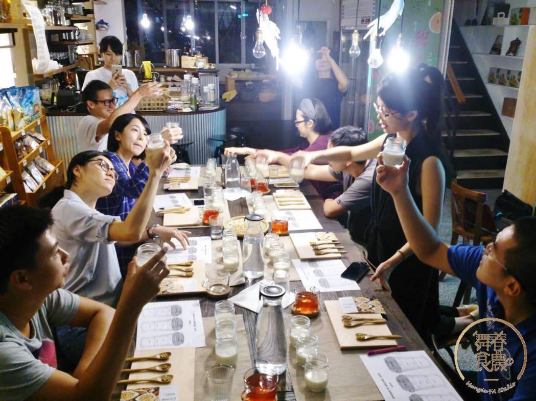 郭又甄和「舞春食農」工作室舉辦許多品味課程,引領參予者對食物有更多思考。  圖...