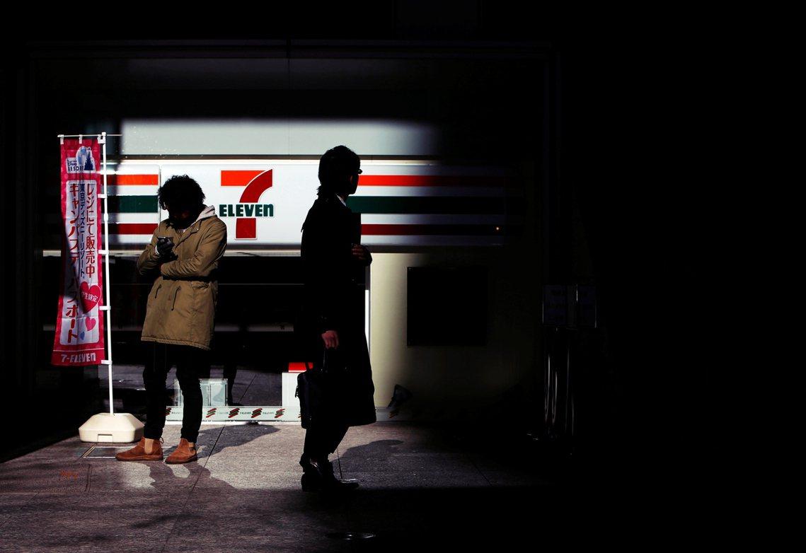 超商功能發達、密度極高的日本社會,是否真的需要這麼多全年無休的店鋪? 圖/路透社