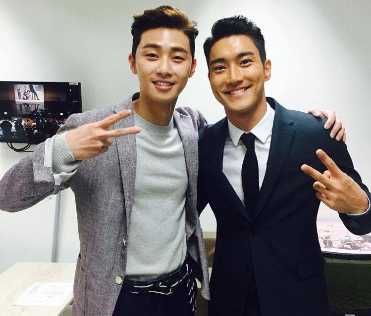 朴敘俊(左)主演的韓劇《她很漂亮》播出時收視率極佳。圖/擷自微博