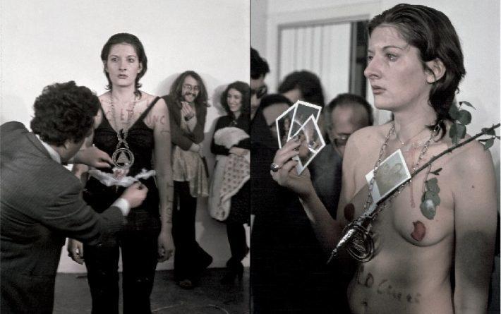 有個男人拍了幾張藝術家的拍立得,然後把它們塞進她手中,像在玩牌一樣。 圖/取自o...