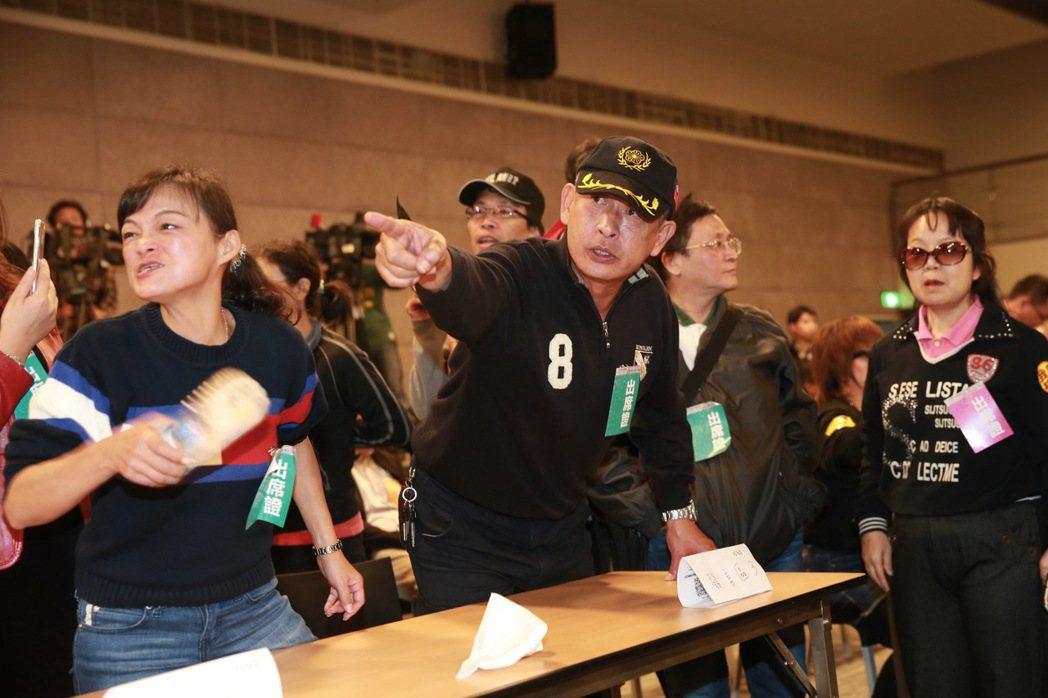 國民黨副主席郝龍斌以程序問題質疑行政院核食公聽會的合法性,引爆一連串的民眾抗議,...