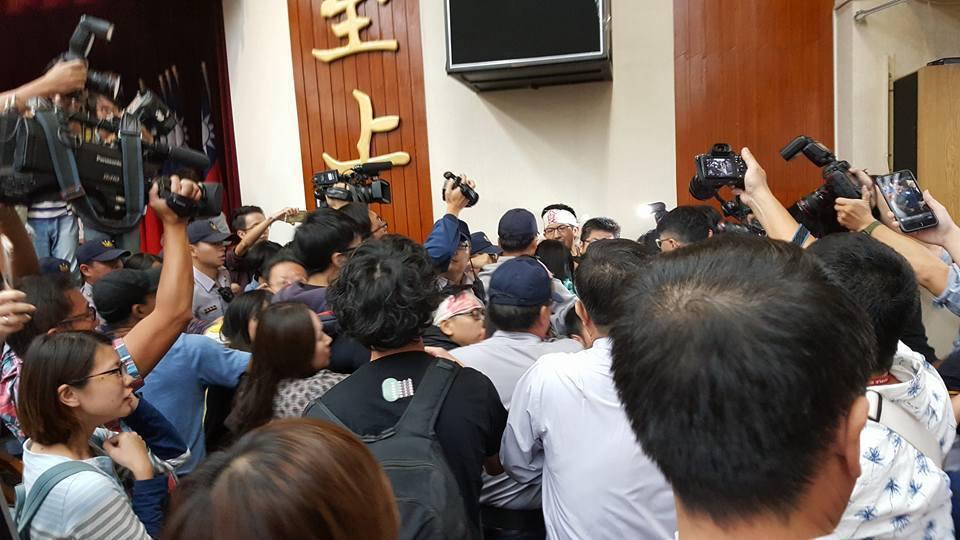 立法院一例一休公聽會場內爆發衝突,絕食達285小時的台灣勞工協會TIWA研究員許...
