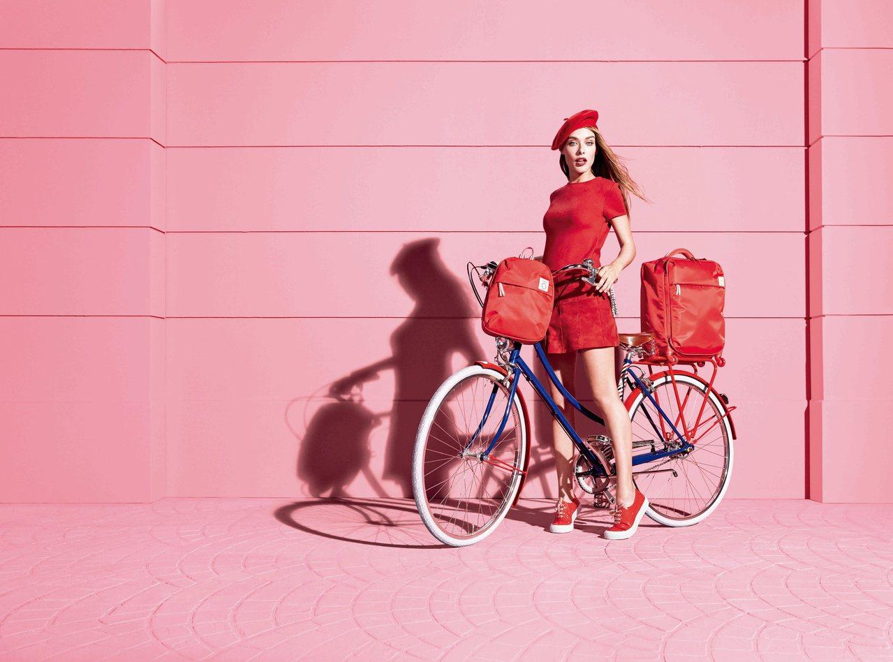 名模伊內絲法桑琪和Lipault聯名合作,推出系列袋包。圖/Samsonite提...
