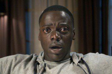 新片「逃出絕命鎮」21日在台上映,首周就以新台幣1800萬登上新片票房冠軍,僅次於「玩命關頭8」。片中故事描述一名年輕的非裔美國男性到白人女友老家拜訪,沒想到卻一腳踏進難以想像的可怕圈套。一開始男主...
