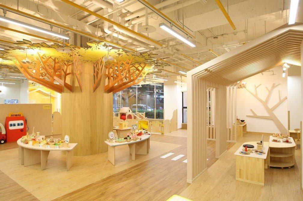 信誼小太陽親子館獲國際設計大獎,在館內大樹下的市集,孩子可以和家人、不同家庭、孩...