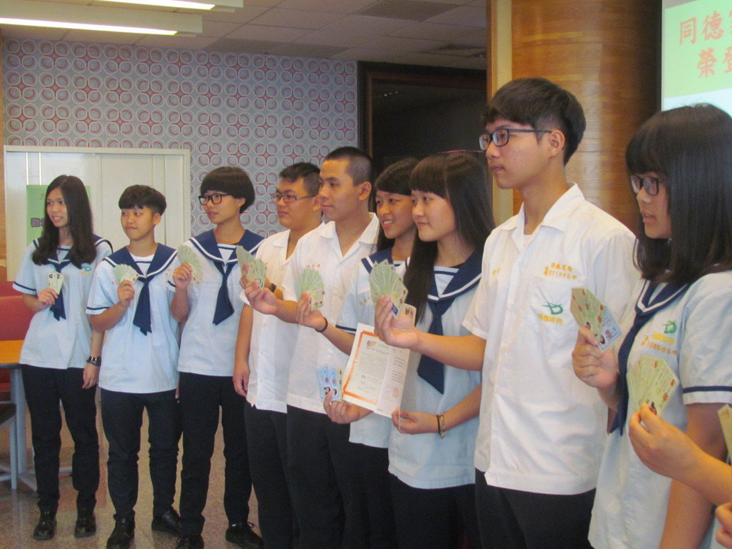 同德家商12名通過繁計畫的學生 ,各自秀出他們取得的證照。記者張家樂/攝影