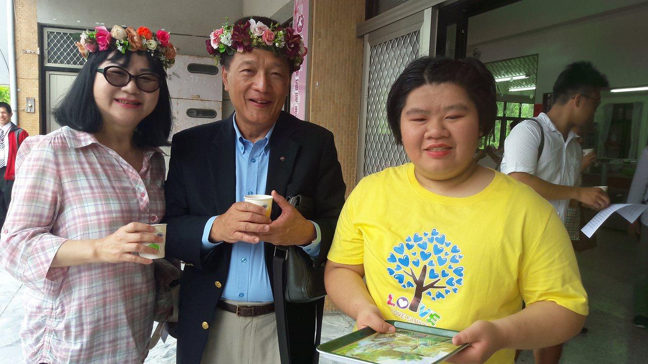 泉盛企業集團總裁林淵池(中)今偕妻子王麗娜(左)到台東智障者家長協會捐助一部交通...