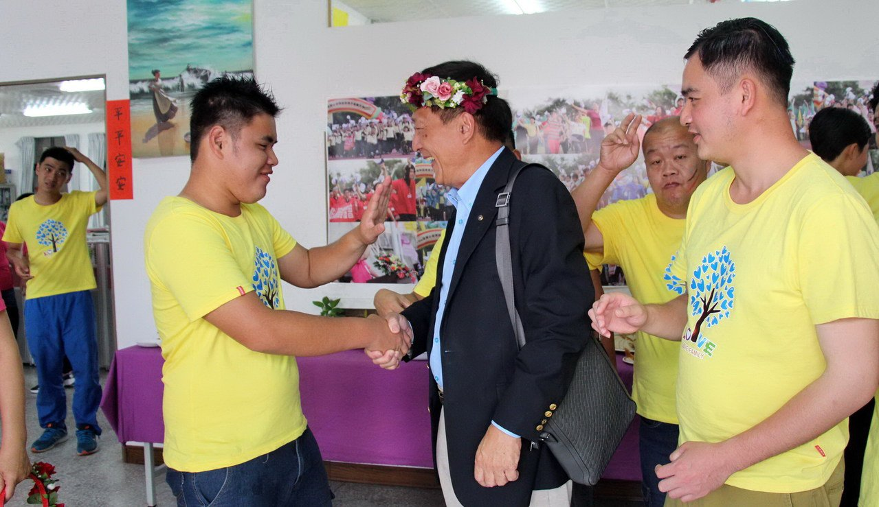 泉盛企業集團總裁林淵池與智青們打成一片。記者李蕙君/攝影