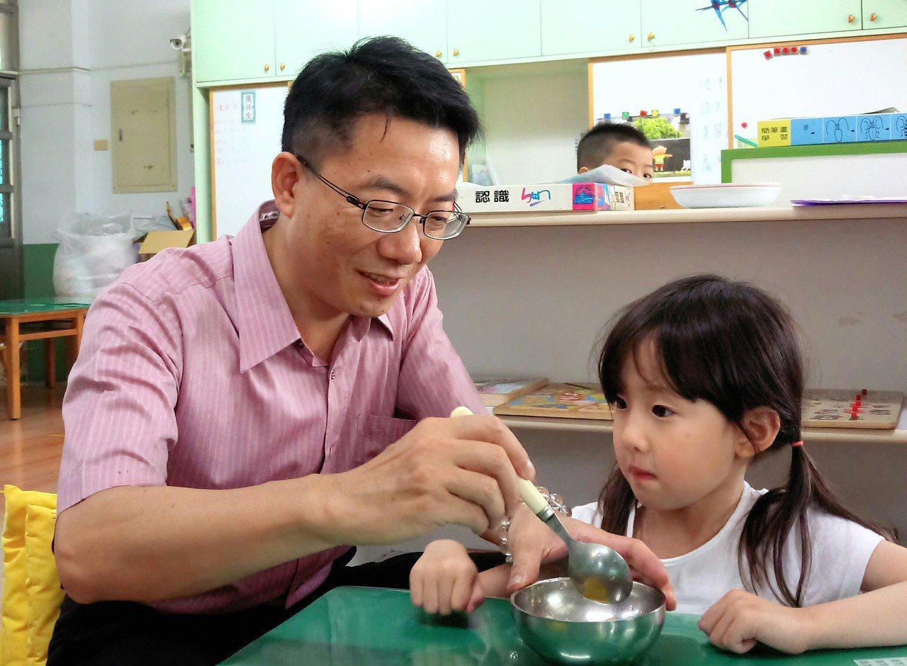 後塘國小校長葉炳成, 下課孩到幼兒園關心日籍小朋友借讀是否適應。記者卜敏正/攝影