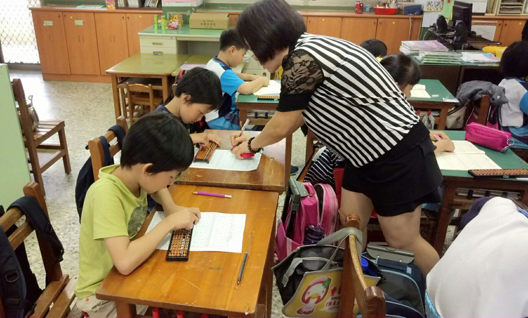 日籍小朋友來後塘國小借讀, 認真學習珠算。記者卜敏正/攝影