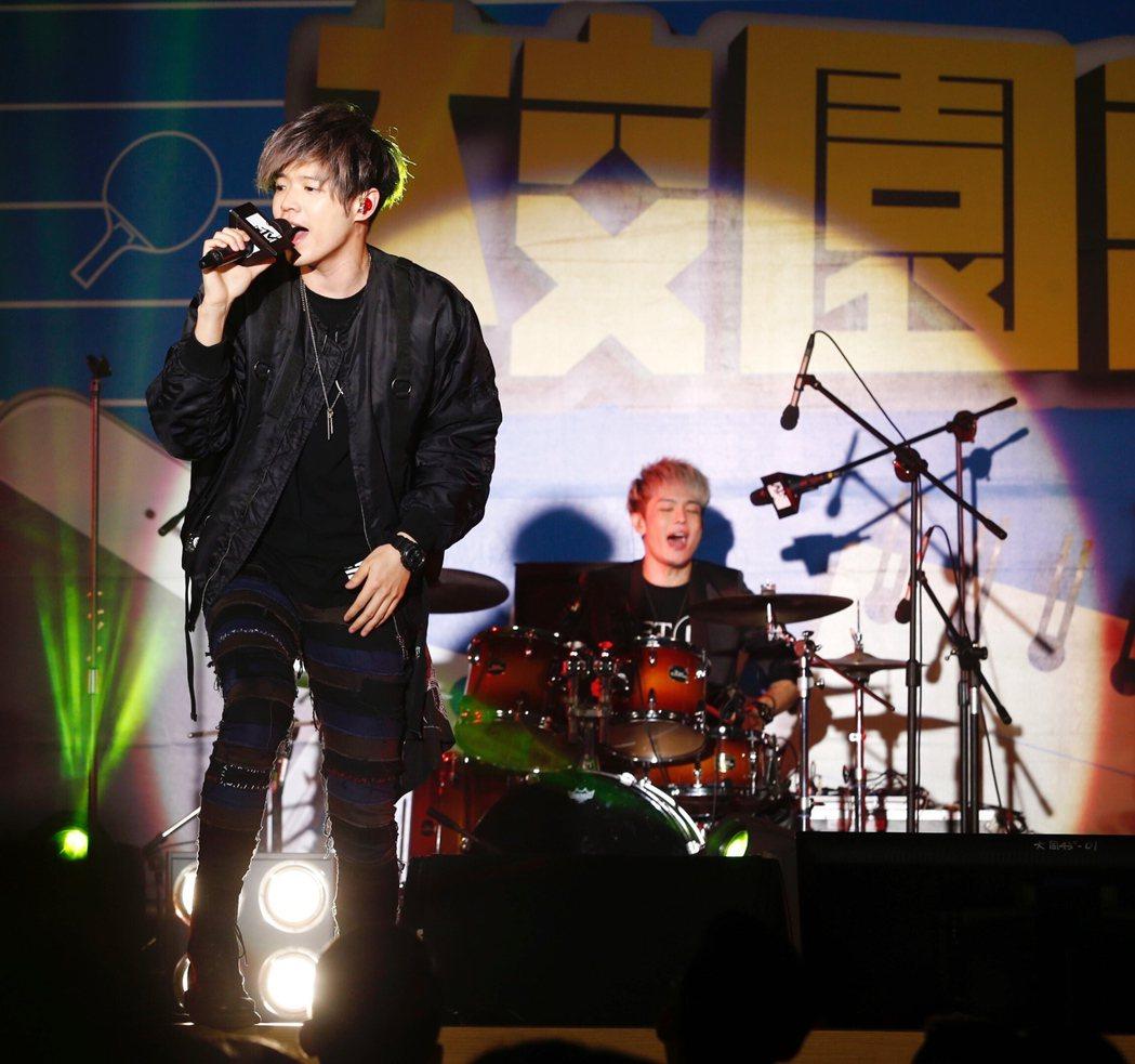 搖滾樂團「八三夭」今天下午在育達商職錄製MTV節目,主場阿璞(左)開唱,與台下觀...