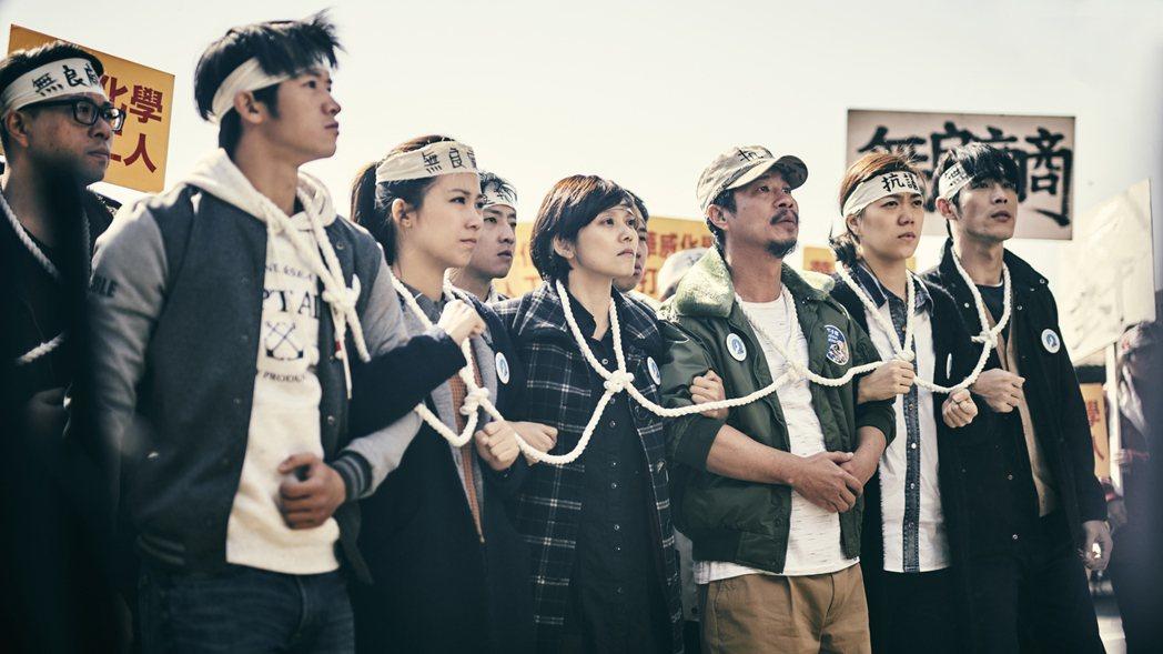 黃騰浩(右)演出「勞動之王」拍攝上街頭抗議場面。圖/客台提供