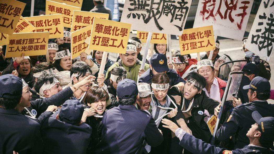 「勞動之王」陳抗場面逼真,臨演太認真,衝撞、推擠來真的。圖/客台提供
