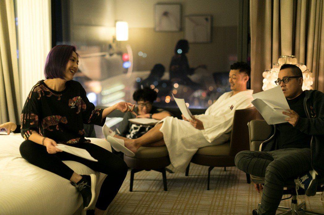 楊千嬅、余文樂在「春嬌救志明」終於有床戲,導演彭浩翔(右)現場指導。圖/華映提供