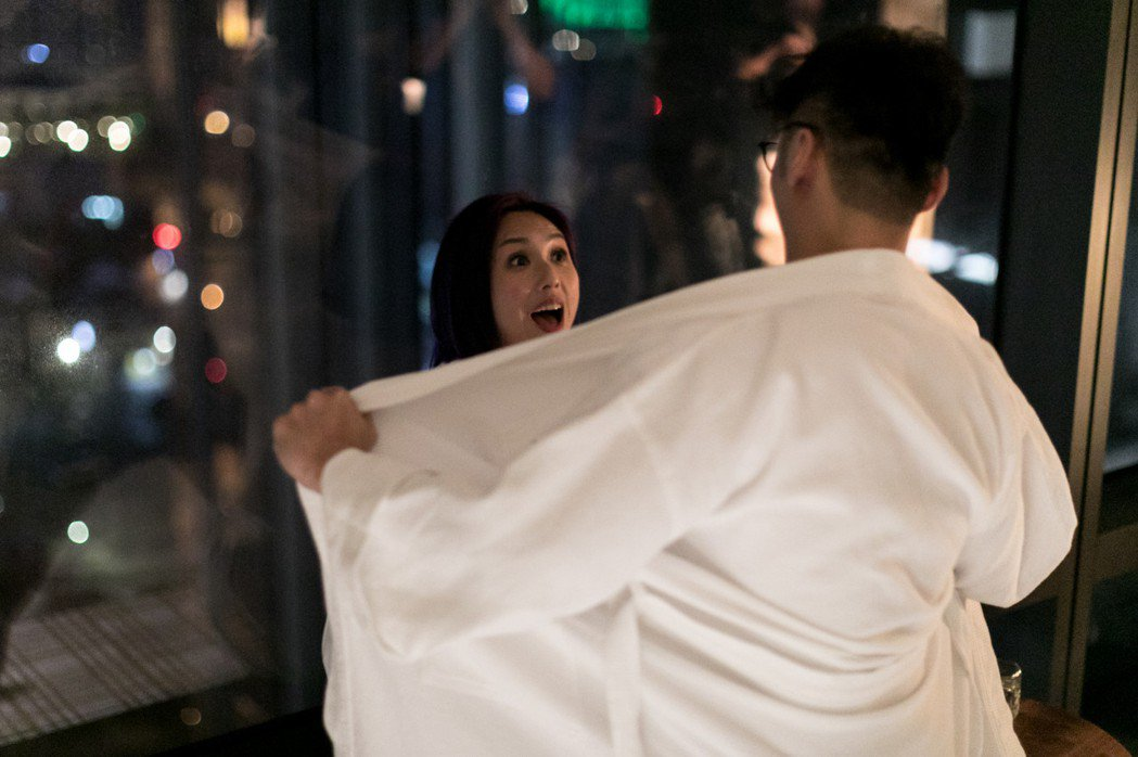 楊千嬅、余文樂在「春嬌救志明」終於有床戲。圖/華映提供