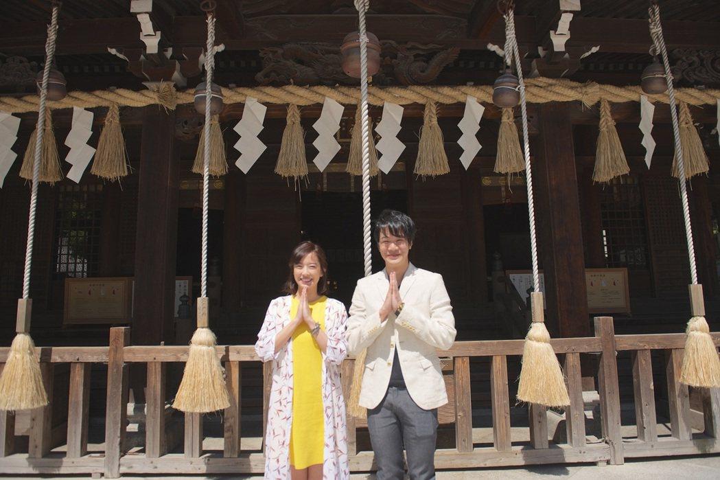 周采詩、薛仕凌赴日本北九州拍戲,到神社拜拜。圖/公視提供