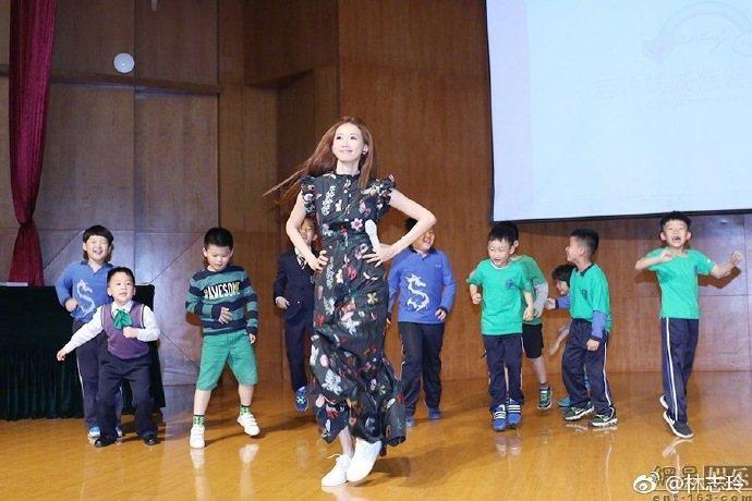 女星林志玲日前在微博貼出與大批小朋友一起玩的照片,看上去完全就是可愛的美少女。圖