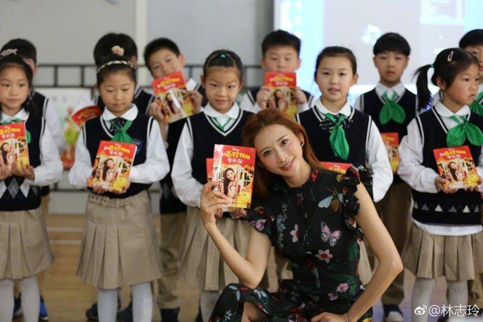 女星林志玲日前在微博貼出與大批小朋友一起玩的照片,看上去完全就是可愛的美少女。圖...