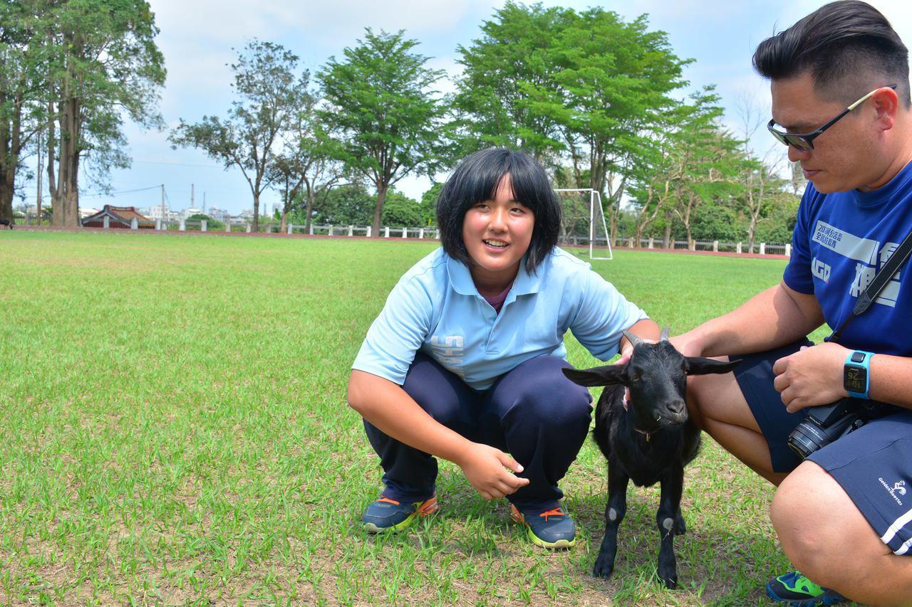 台南山上國中第一隻以學生名字取名的山羊「柔柔」,與總統教育獎得主林宜柔(左),江...
