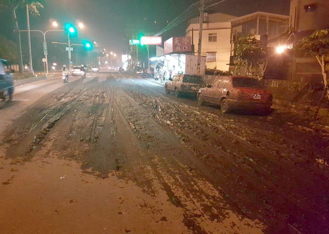 滿街泥濘!東勢高工前晚間7點左右,街道被撒滿爛泥巴,清潔隊員緊急出動,已清理完成...