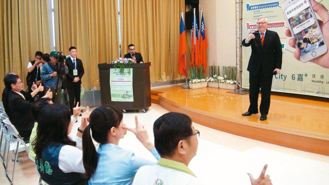 ICF主席John G.Jung近日到嘉義市訪視,一上台便俏皮地幫與會來賓拍照。...