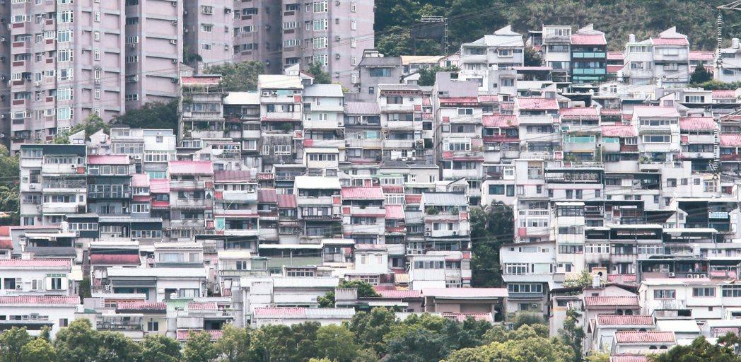 立法院昨天三讀通過「都市危險及老舊建築物加速重建條例」,符合條件者,重建時可享有...