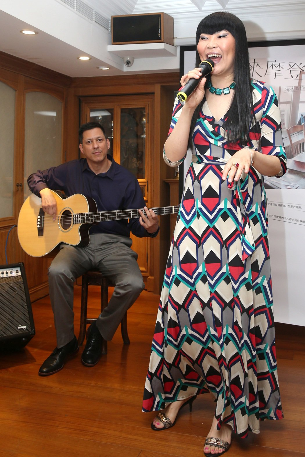 Macy(右)26日在新專輯「未來摩登佬」發片記者會中演唱,老公KEN(左)為她...