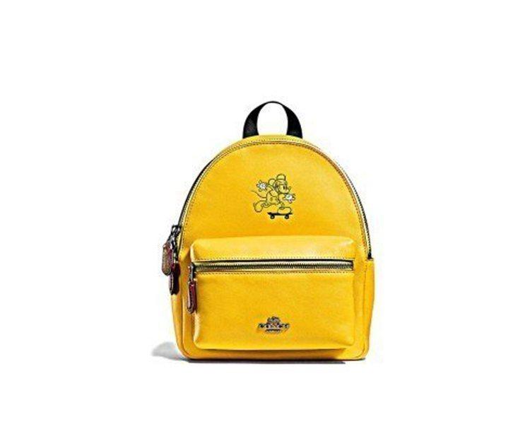 COACH x DISNEY後背包系列有搶眼的鮮黃色。圖/取自thekingdo...