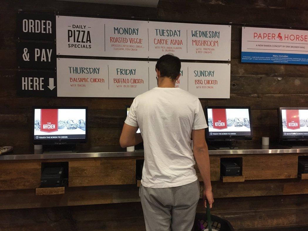 「grocerant」點餐區,民眾可自行使用電腦點餐、付費。 華盛頓記者張加/攝...