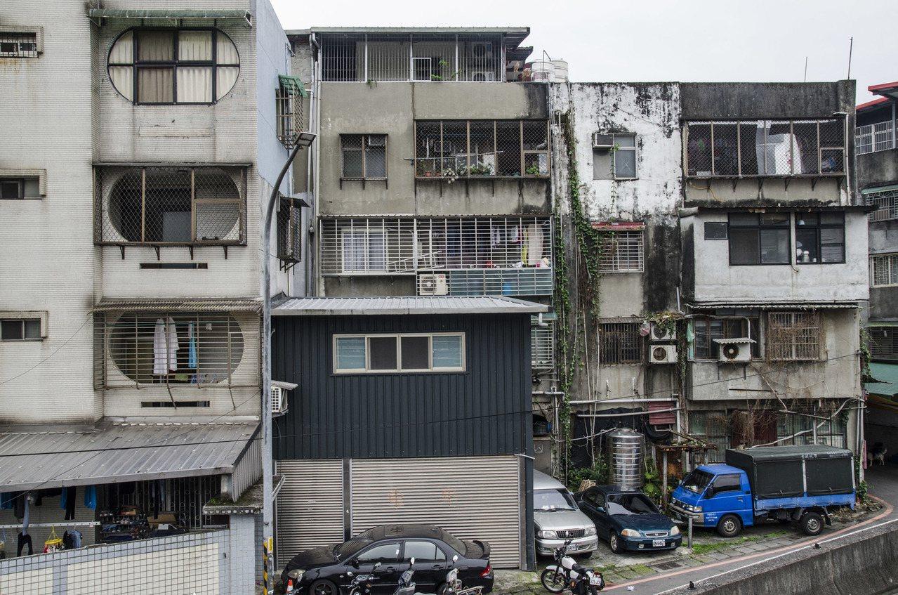 立法院25日三讀通過《都市危險及老舊建築物加速重建條例》,明訂經評估需拆除重建的...