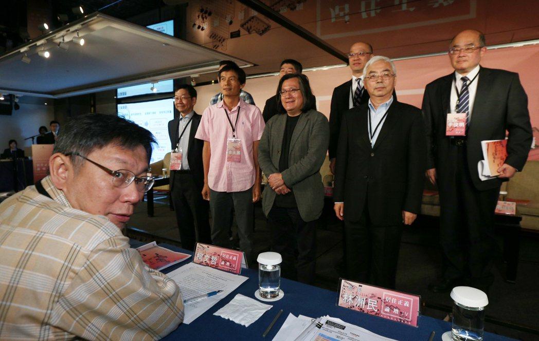 台北市長柯文哲(左)出席居住正義論壇Ⅳ,聆聽民眾與專家的意見。記者蘇健忠/攝影