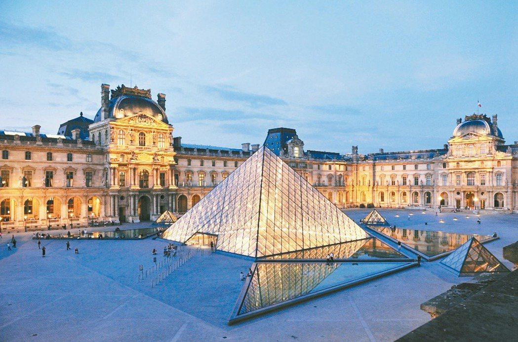 法國巴黎羅浮宮前的玻璃金字塔,是貝聿銘的代表作之一。 報系資料照