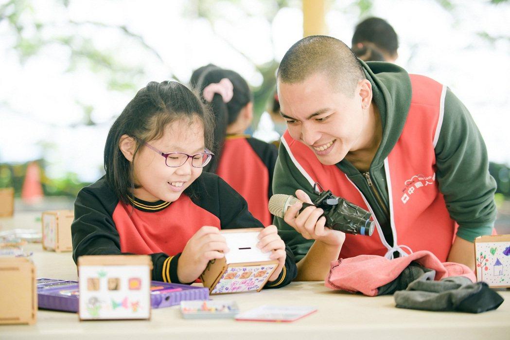 「玩美力計畫」鼓勵孩子們運用想像力,藉由不同的素材,讓創作就像玩樂一樣有趣。 中...