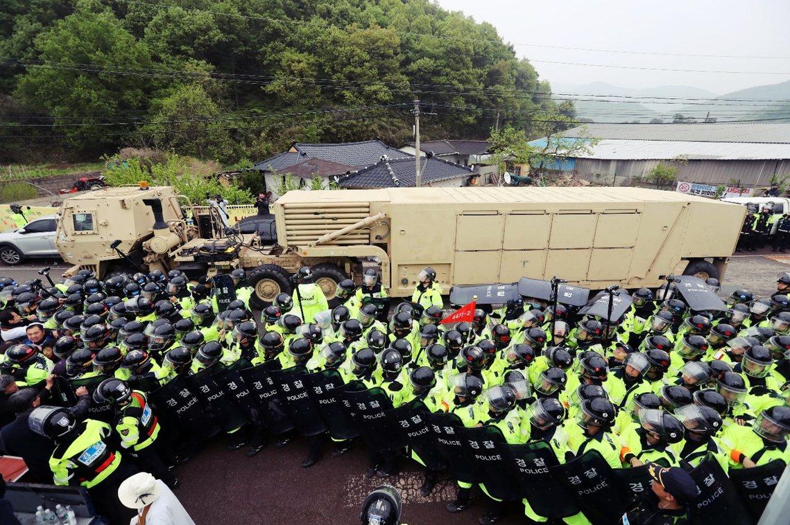 憤怒的示威者,不斷朝警方與美軍車隊投擲水瓶、石塊與旗幟等物品,但裝載薩德系統的8...