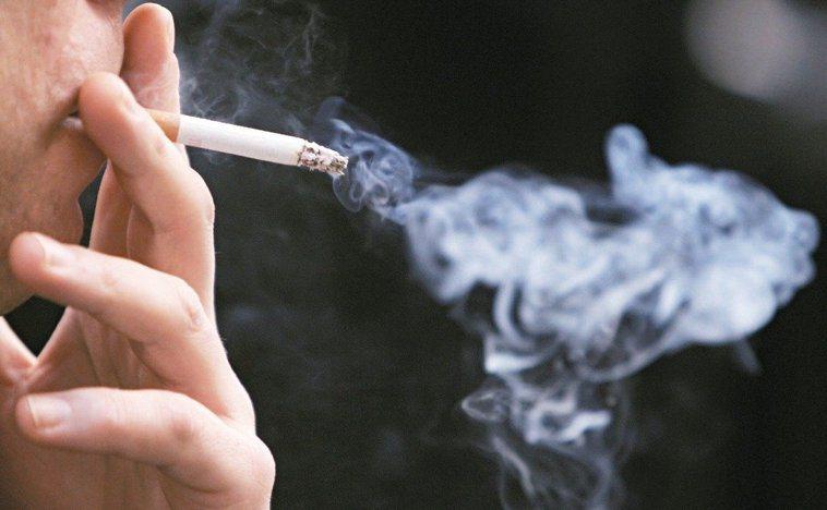 吸菸是心臟疾病、心臟病發作、高血壓的一個危險因子;而它們又都是中風的危險因子。以...