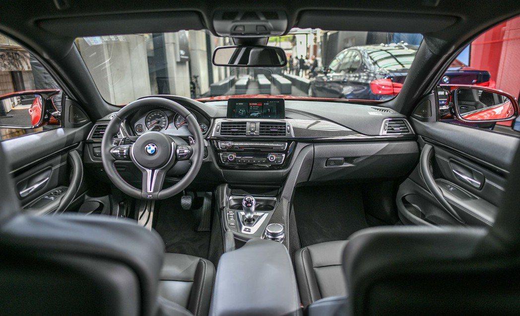 全新BMW M4搭載全新iDrive介面、儀錶檯採縫線處理。圖/汎德提供