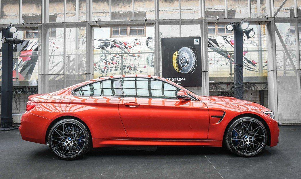 全新BMW M4標準配備Competition Package競技化套件。圖/汎德提供