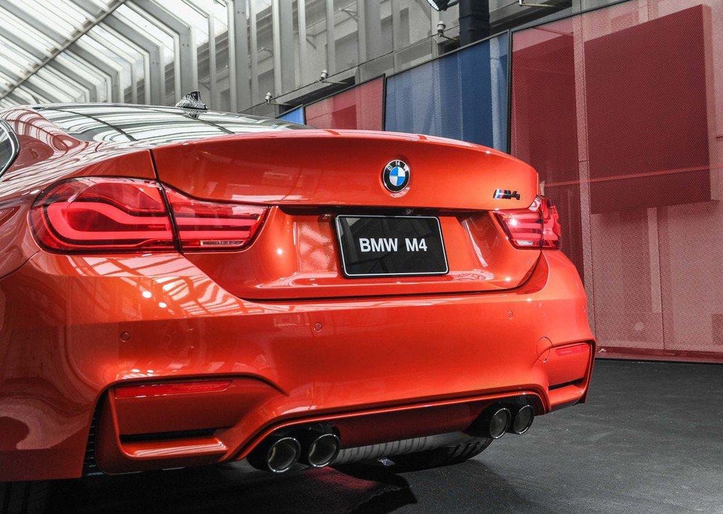 全新BMW M4搭載Competition Package競技化套件之黑色高光澤車尾銘牌、運動化排氣系統含黑色高光澤排氣尾管。圖/汎德提供