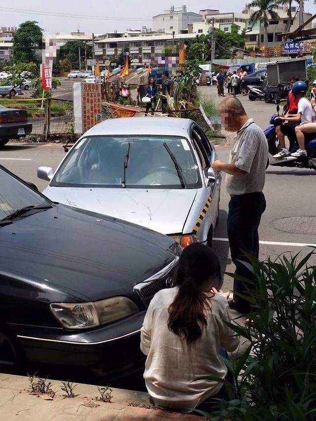 台南某駕訓班衝出圍籬,撞上停放路邊的汽車。 圖片來源/爆料公社