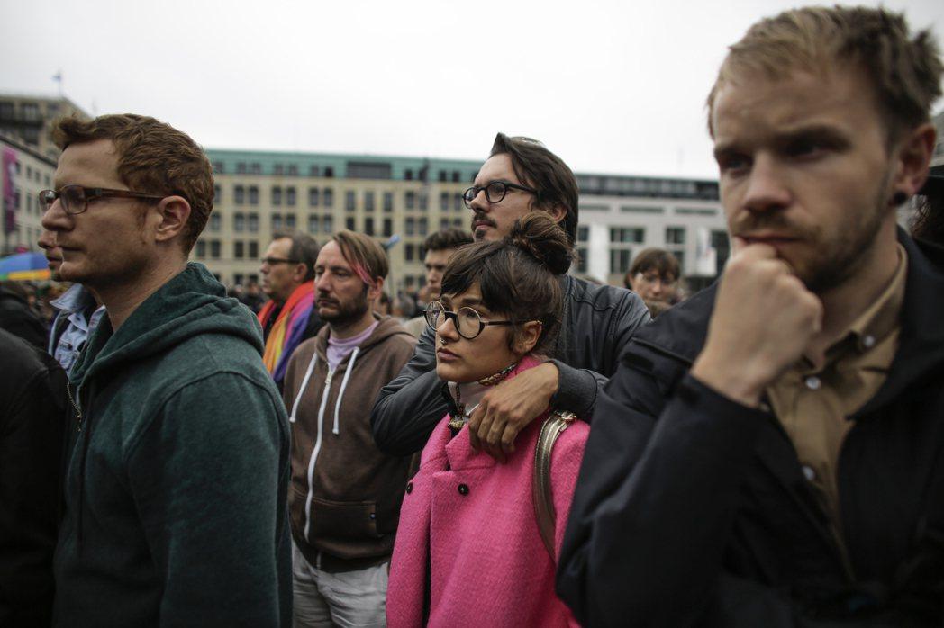 美國奧蘭多酒吧槍擊案的悲劇,衝擊了全世界對於同志與性別平權運動」,全球各地包括德...
