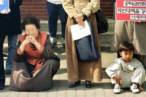 「跨境」是殖民體制下,台籍與朝鮮慰安婦受害歷程的常態。圖為南韓的李容洙阿嬤(左)...
