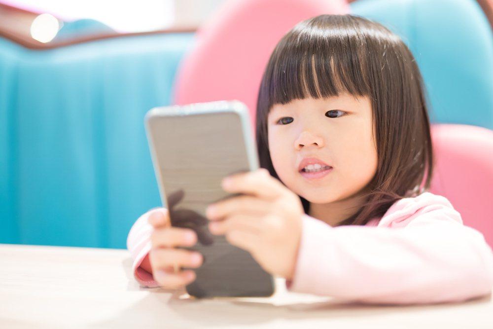 將自己與子女的生活大小事都放上網路「曬親情」,對小孩真的是好事嗎? 圖/shut...