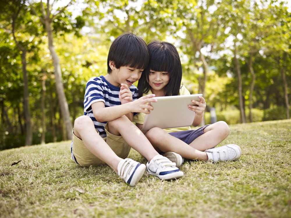 根據民法規定,父母似乎可以代理小孩子行使同意權,被允許上傳小孩子的照片,只是當父...