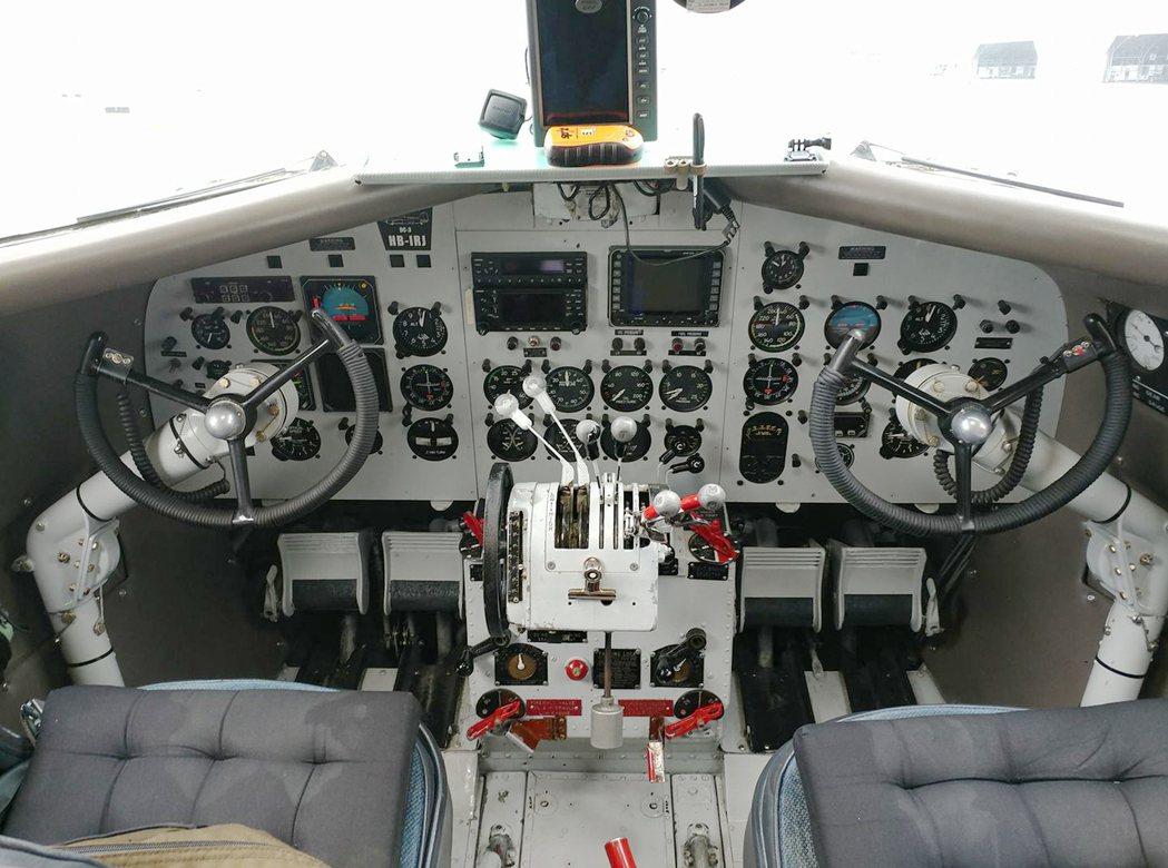 這次飛抵台灣的HB-IRJ DC-3, udn tv記者親上座艙,內裝除了操縱盤...