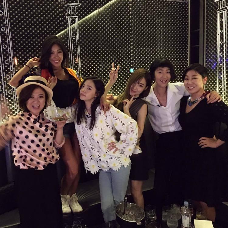 閔孝琳出演綜藝節目《姊姊們的Slam Dunk》,與羅美蘭(右一)、模特兒洪真京...
