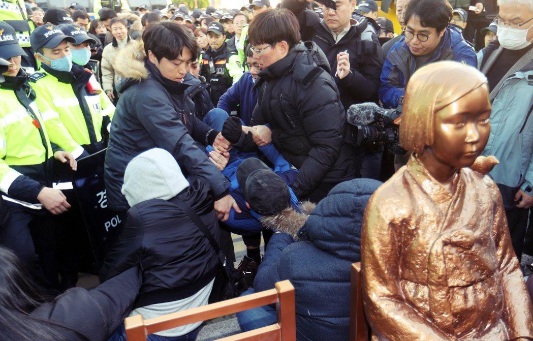 去年年底,日本首相安倍晉三前往夏威夷珍珠港參訪時,南韓慰安婦團體「少女像促進委員...