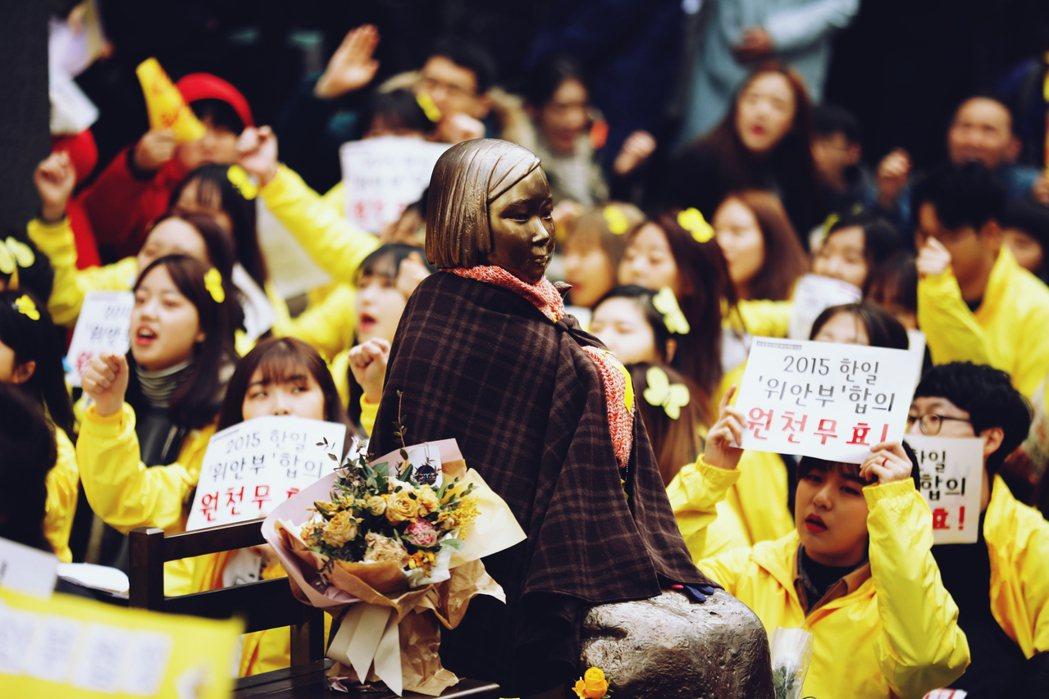 抗爭背後的怒火其來有自。當2015年12月28日,日韓簽訂最後協調的合約後,安倍...