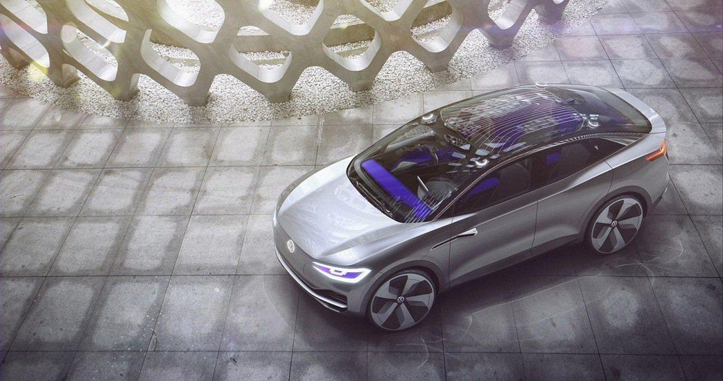 I.D. CROZZ概念車配置全新開發之可發光式全景天窗,讓車室乘員享有高度個人化的座艙氛圍。 圖/台灣福斯提供