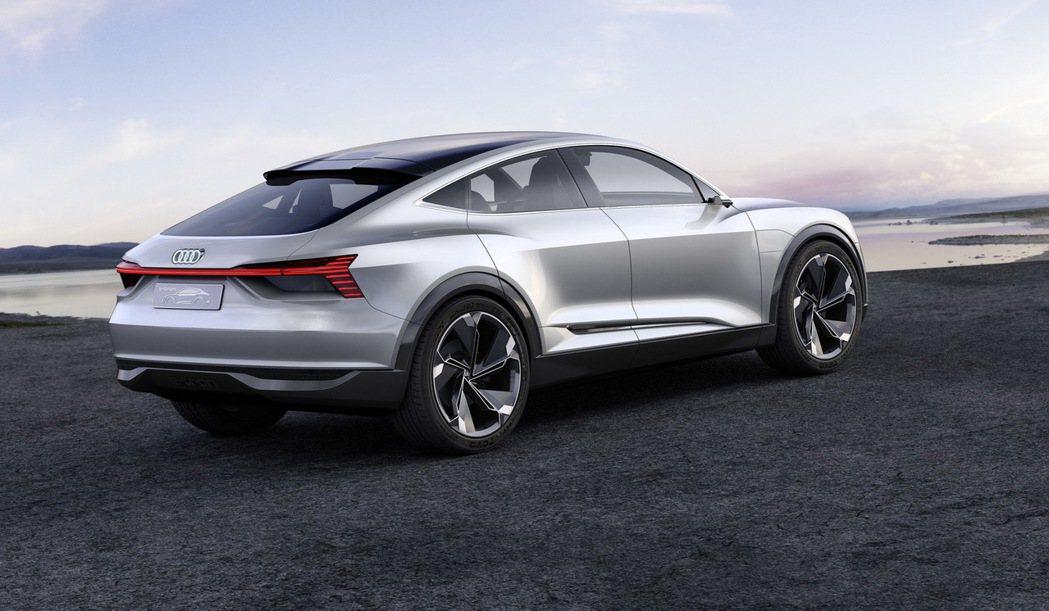 全新e-tron Sportback concept概念車承襲Audi 車款經典設計理念,融合Coupé設計DNA與家族SUV的經典特色。 圖/台灣奧迪提供